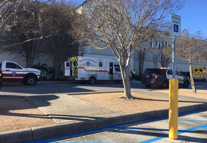 Se registra un fuerte movimiento policial en las afueras del Rolling Oaks Mall. (Twitter.com/@RSantosTV)
