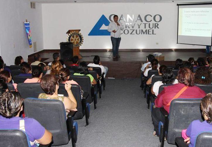 La charla fue impartida en el auditorio de la Canaco-ServyTur. (Cortesía/SIPSE)