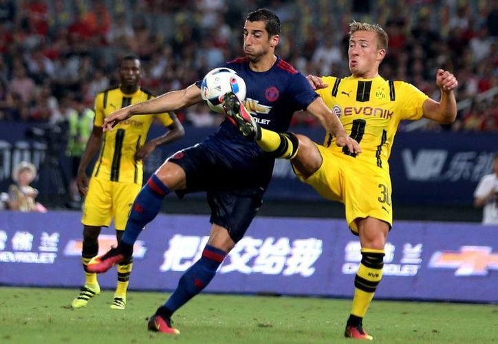 Borussia Dortumund aplastó al United de Mourinho, quien comenzó de mala manera su gira por territorio chino. (AP)
