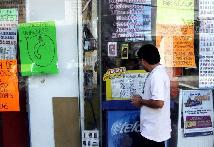 En el Centro Histórico de Mérida abundan los negocios que ofrecen desbloqueo de los teléfonos celulares, algunos para cambiar de compañía. (SIPSE)
