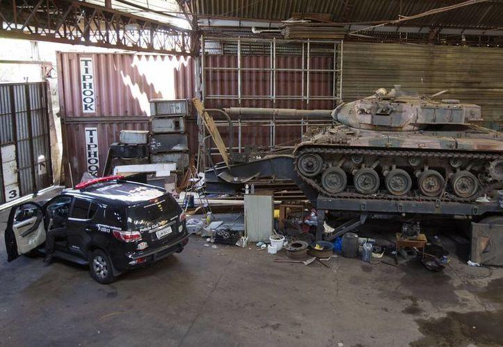 Los tanques de guerra fueron encontrados sin armamento ni motor. (AP)