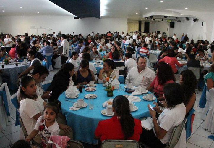 Imagen de la asamblea con militantes del partido Nueva Alianza donde se eligió a 15 convencionistas estatales. (Milenio Novedades)
