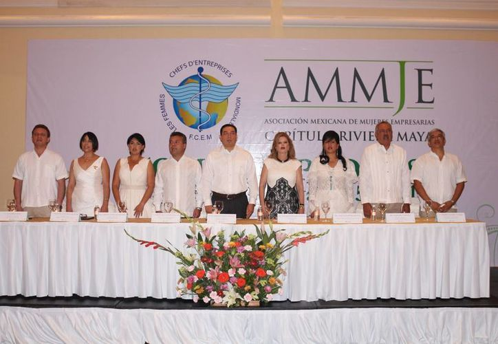 La directiva de la Ammje capítulo Riviera Maya rindió protesta ayer ante la presidenta nacional de esta organización. (Adrián Barreto/SIPSE)
