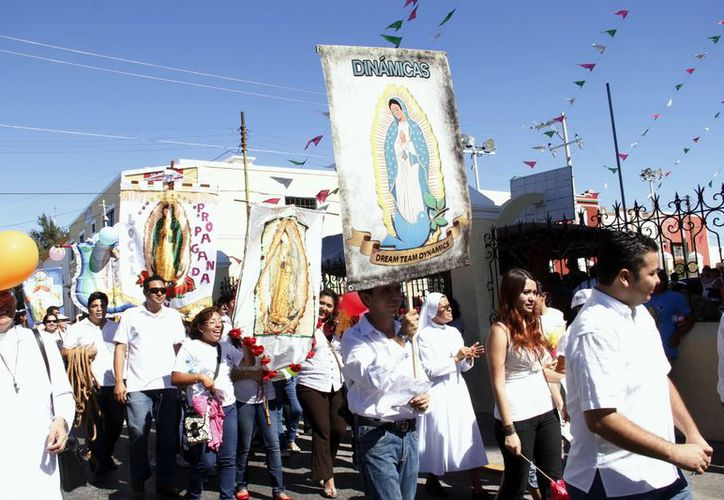 Feligreses demuestran su amor a la Virgen de Guadalupe. (Antonio Sánchez/SIPSE)