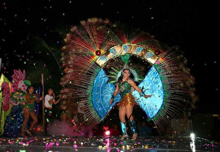 Amelia Jiménez lució un traje azul al son de la música caribeña. (Cortesía/Uqroo)
