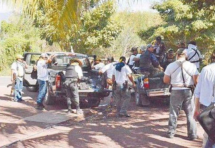 Los civiles armados de Tepalcatepec a su arribo al poblado de la Tierra Caliente. (Especial/Milenio)