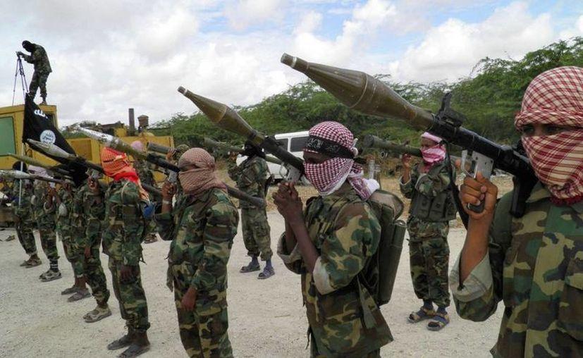 Muere en ataque, Mohamed Mohamud Ali Dulyadeyn, orquestador del ataque del año pasado contra la Universidad de Garissa, en Kenia. Imagen de contexto de elementos del grupo islamista somalí Al Shabab. (america.aljazeera.com)
