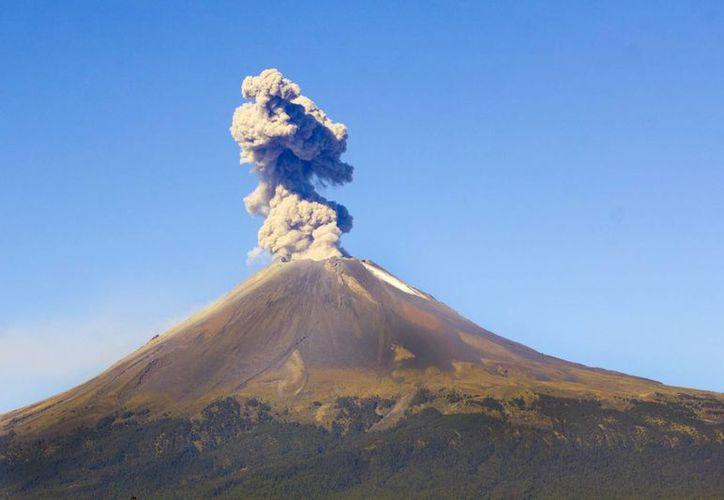 El Cenapred reiteró que continúa la restricción para acercarse a un radio menor de 12 kilómetros del cráter del volcán Popocatépetl. (Notimex)