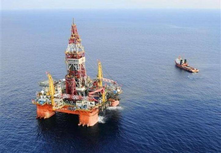 El hundimiento de una plataforma petrolera que dejó como saldo 3 muertos ocurrió en la región al-Safaniya, donde se encuentran los yacimientos petrolíferos más extensos del mundo. Foto de contexto de una plataforma en el mar de Arabia. (forbes.com)
