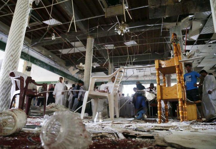 Vista del lugar del atentado en el que al menos dos decenas de personas murieron y cerca de un centenar resultaron heridas en un atentado suicida perpetrado en una mezquita de la población de Al Qadih, en la provincia de mayoría chií de Al Qatif, en Arabia Saudita. (EFE)