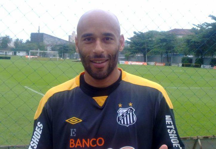 Mientras Edinho enfrenta una larga condena, su padre, Pelé, mantiene vigencia en el marco del Mundial de Brasil. (santistaroxo.com.br)