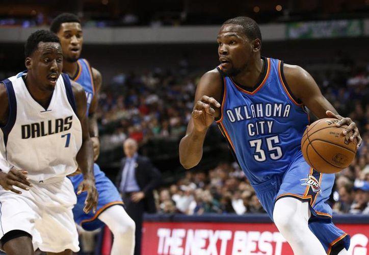 Una ausencia de seis semanas podría marginar de las canchas a Kevin Durant hasta comienzos de diciembre. (AP)