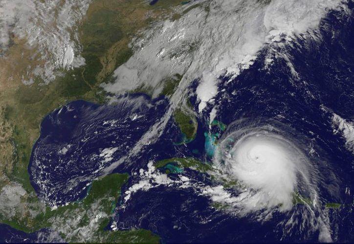 El poderoso huracán Joaquín, que ganó intensidad al subir a categoría 4, sobre la zona central de las islas Bahamas, según informó el Centro Nacional de Huracanes de EU. (EFE)