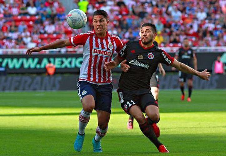 El yucateco Henry Martín (derecha) participó en el empate 1-1 que sacaron los Xolos de Tijuana ante el Guadalajara en el Estadio Omnilife. (Imágenes de Liga MX)