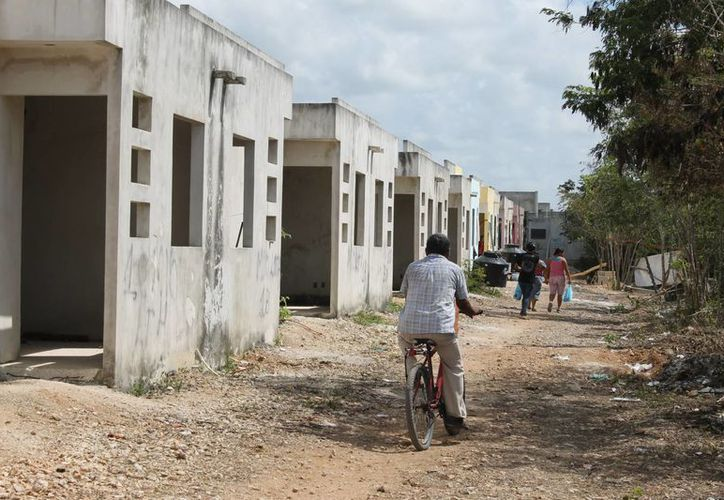 Esta es la segunda vez que los invasores llegan a instalarse en las viviendas abandonadas del fraccionamiento In House.  (Juan Cano/SIPSE)