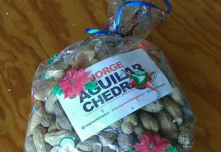"""Aguilar Chedraui entregó """"aguinaldos"""" compuestos por cacahuates, galletas de animalitos y confetti. (Foto: Twitter)"""