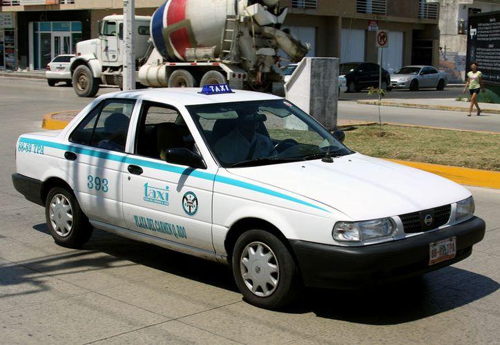 Los taxistas requieren de un aumento en las tarifas del servicio. (Adrián Barreto/SIPSE)