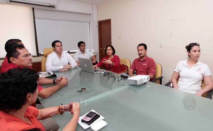 El alcalde, funcionarios municipales y representantes de CAPA en una reunión en la Comuna. (Cortesía/SIPSE)