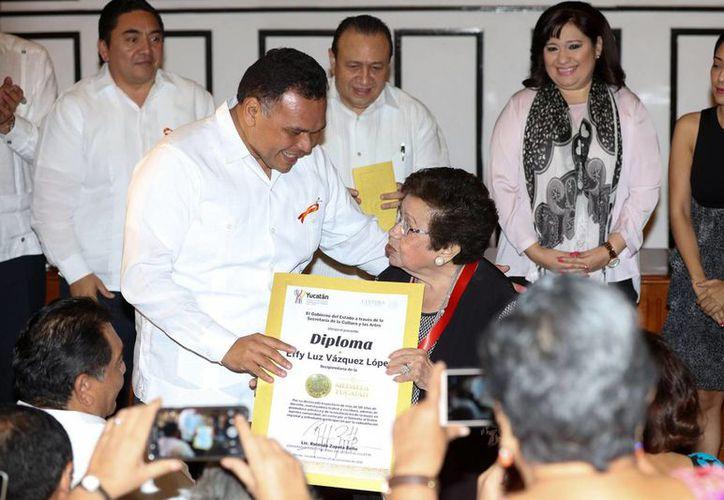 Por su labor cultural a lo largo de 50 años, la  profesora Effy Luz Vázquez López fue galardonada este viernes por el gobernador Rolando Zapata con la Medalla Yucatán. (SIPSE)