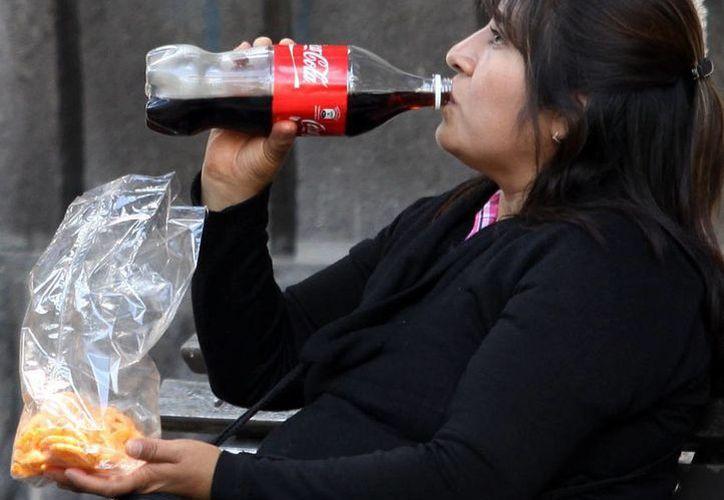 El impuesto elevaría 1 peso por cada litro de refresco. (Archivo/SIPSE)