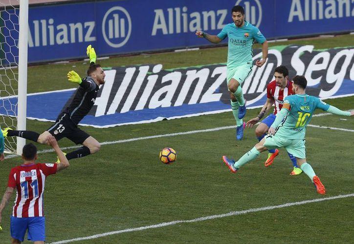 Con el triunfo ante el Atlético, Barcelona subió al liderato de la Liga, aunque tiene dos partidos más que el Real Madrid.(Daniel Ochoa/AP)