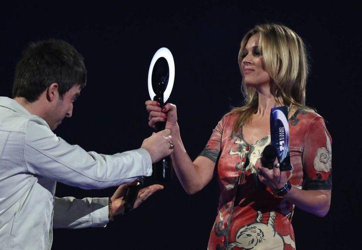 Kate Moss fue la encargada de recibir el premio de David Bowie. (Agencias)