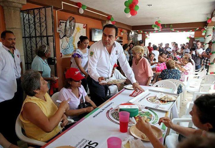 Los beneficiarios del Comedor del Bienestar degustaban pavo en escabeche con arroz y agua de Jamaica, durante la inauguración del local. (SIPSE)