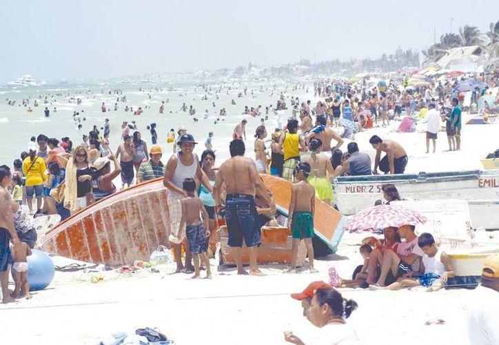 Los veraneantes yucatecos podrán disfrutar de más arena con la recuperación de unos 13 kilómetros de playa, en la costa norte de Yucatán. (Milenio Novedades)