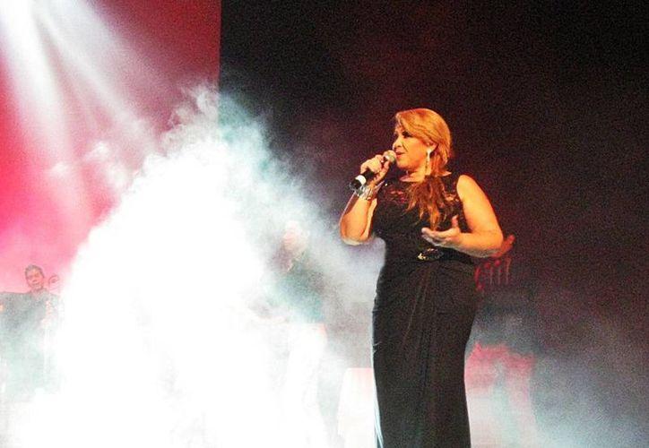 'La voz internacional de Mérida', Lenny Sánchez, ofrecerá mañana un show íntimo acompañada por el piano y las percusiones de Ricardo y Ariel Raguez, respectivamente. (Milenio Novedades)