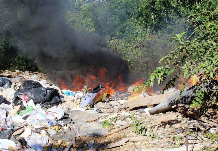 Se registró incendio de basura en la terracería de la avenida Lilis. (Octavio Martínez/SIPSE)