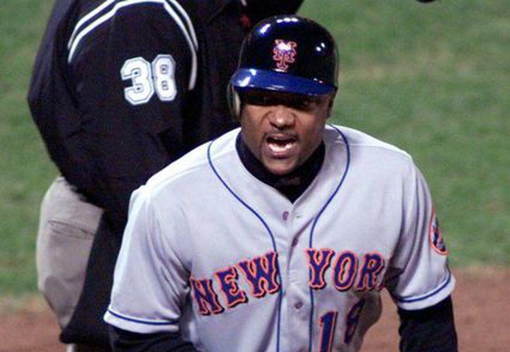 Imagen del año 2000, en la que puede verse a Darryl Hamilton cuando era jugador de los Mets de Nueva York. El exbeisbolista y comentarista de LMB Network fue hallado muerto este lunes. (AP)