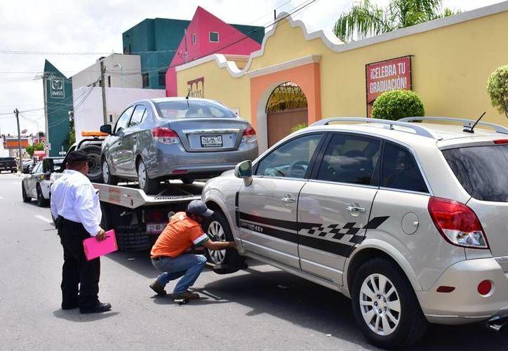 En Yucatán, el Gobierno dio un plazo a las empresas de taxis que operan con plataformas digitales para que 'entren al aro'. En la imagen, la detención de un auto Uber en Campeche, donde se han aplicado operativos para detenerlos. (SIPSE)