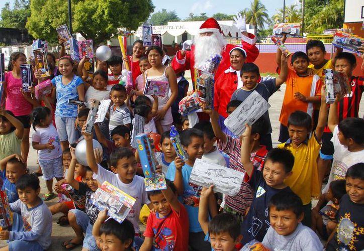 La ilusión de recibir un juguete en la época navideña iluminó los rostros de los pequeños que presumieron su regalo de Santa Claus. (Milenio Novedades)