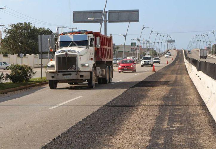Uno de los carriles del puente vehicular de Playa del Carmen permanece inhabilitado por mantenimiento. (Adrián Barreto/SIPSE)