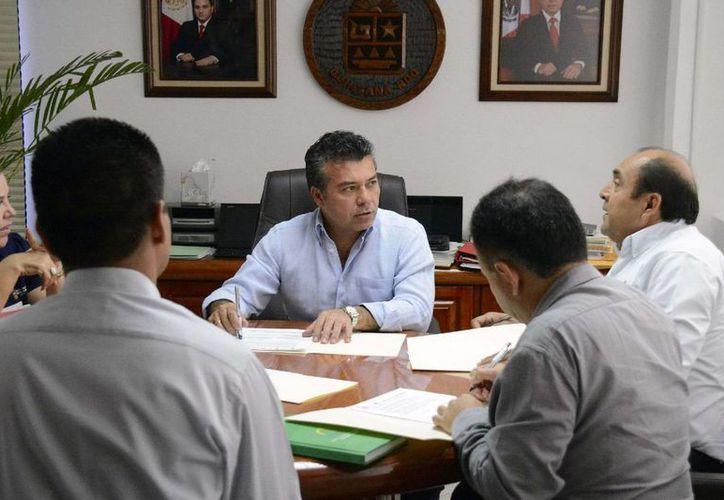 El presidente municipal firmó el convenio con autoridades del programa Escuelas de Calidad.  (Redacción/SIPSE)