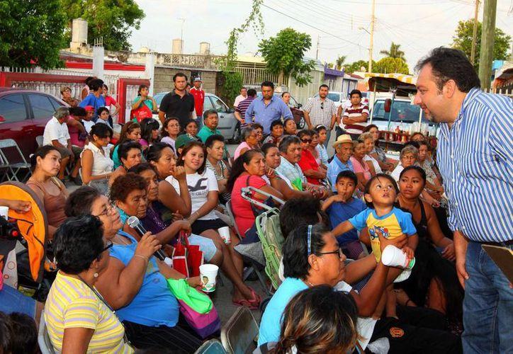El diputado Francisco Torres Rivas en reunión con vecinos de la colonia Serapio Rendón. (SIPSE)