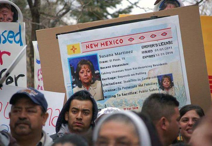En la foto inmigrantes indocumentados protestaban por la posible revocación de la ley que  les permite tener licencia de conducir. (Foto de contexto de Agencias)