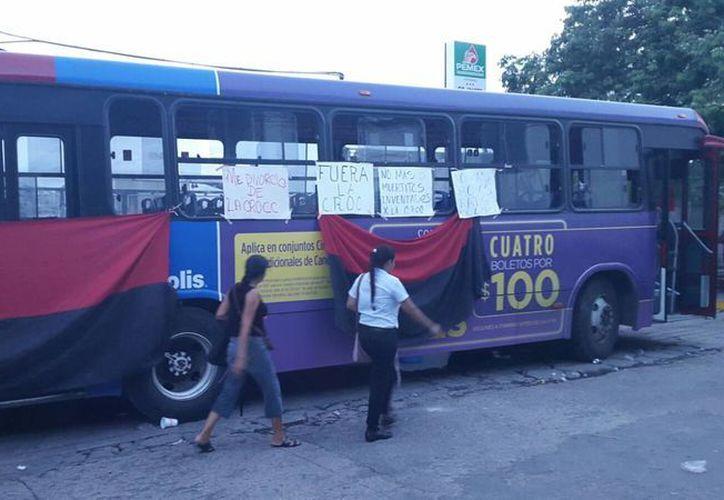 Un camión de Autocar bloquea la entrada del encierro de la empresa para manifestarse para que se cumplan sus peticiones. (Francisco Naranjo/SIPSE)