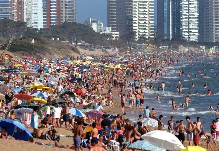 """La idea es que una parte de los casi 80 kilómetros de costas sobre el Río de la Plata que tiene el departamento sea declarada """"playa naturista o nudista y, además, 'gay friendly'"""", destacó a Efe la edil (concejala) Lyliam Espinosa, impulsora del proyecto. (EFE/Archivo)"""