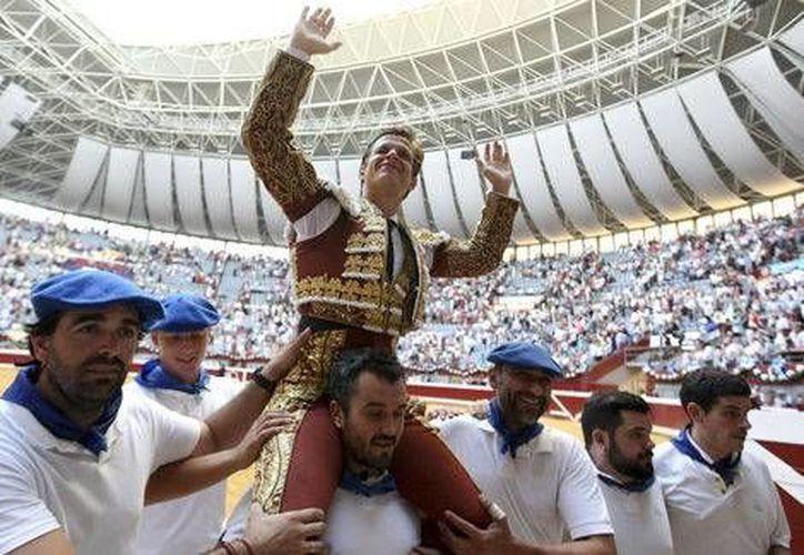 Julián López salió en hombros tras su destacada actuación en la Corrida de San Sebastián. El torero José Tomás no contó con la buena fortuna de su compatriota. (EFE)