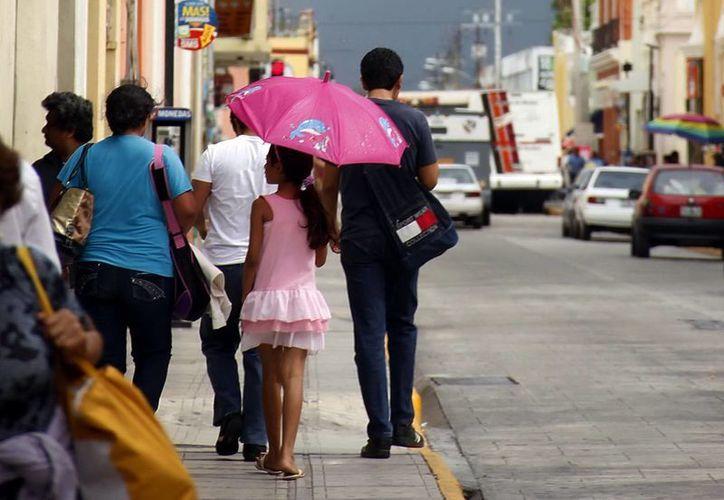 La amenaza de lluvia se mantuvo casi todo el domingo. (Juan Albornoz/SIPSE)