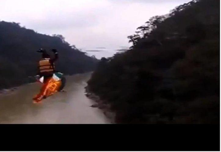 El doble empezó caminando sobre el alambre, después continuó avanzando con sus manos hasta que sufrió el infarto. (Captura de pantalla de Youtube)