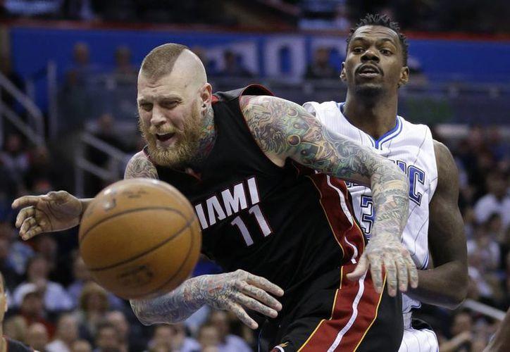 Chris Andersen (11) es incapaz de quedarse con la pelota en el partido entre Heat de Miami y Magic de Orlando, perdido por este último equipo. (Foto: AP)