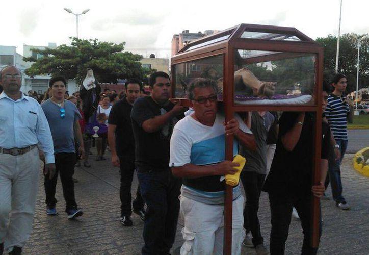 Hombres cargan el cuerpo de Jesús, quien fue bajado de la cruz. (Arely Vázquez/SIPSE)