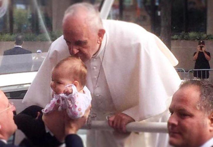 Imagen del momento en que el Papa Francisco besa la cabeza de Gianna, quien padecía de un cáncer cerebral incurable. (twitter/@DavidSpuntCBS3)