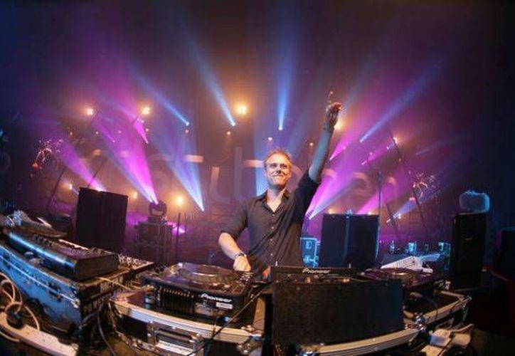 Armin van Buuren, quien despedirá el 2013 en un club de Playa del Carmen ha sido catalogado cinco años como el tornamesista número uno del mundo por la revista DJ Magazine. (Milenio Novedades)