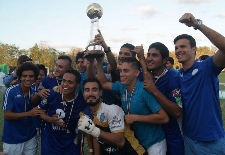 Los jugadores festejan este segundo triunfo consecutivo. (Ángel Villegas/SIPSE)