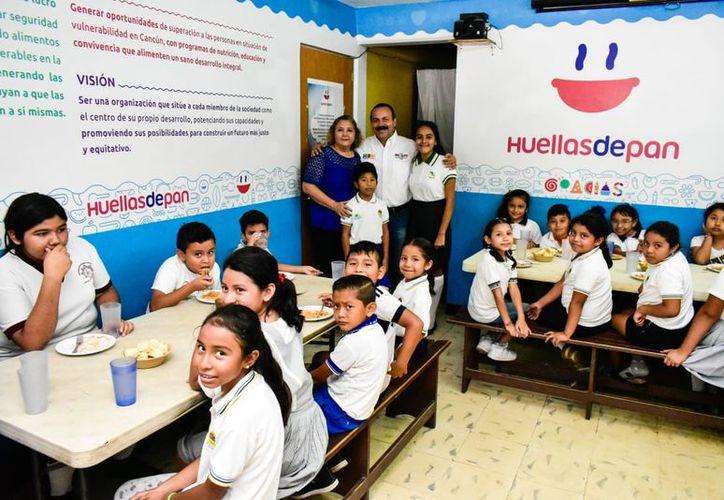 El candidato Julián Ricalde visitó la asociación civil Huellas de Pan. (Foto: Redacción/SIPSE)