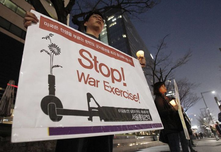 Coreanos protestan cerca de la embajada de EU, en Seúl, en contra de los ejercicios militares que han tensionado la 'relación' con Corea del Norte. (Agencias)
