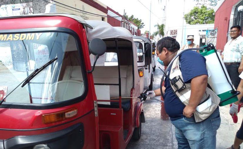 En Motul se realizaron labores de limpieza y sanitización en mototaxis. (facebook.com/Ayuntamiento-de-Motul)